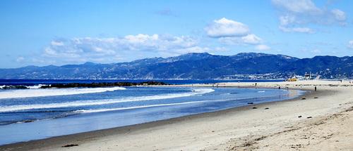Thành phố của những thiên thần có hơn 75 km đường bờ biển.