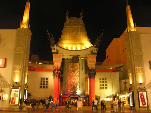 Rạp Graumans Chinese mở cửa từ năm 1927, đã trở thành huyền thoại của Hollywood. Đây cũng là nơi in dấu chữ ký của khoảng 170 nghệ sĩ nổi tiếng nhất mọi thời đại.