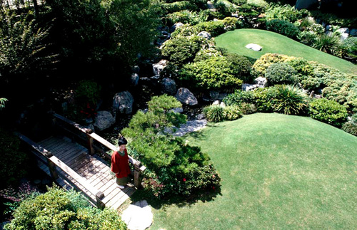 Nằm ở ngoại ô thành phố Los Angeles, khu vườn Nhật Bản the James Irvine là không gian xanh yên tĩnh tràn đầy hoa cỏ.
