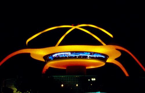 Nhà hàng trên tầng thượng của Sân bay quốc tế Los Angeles là công trình ấn tượng với mái vòm đặc trưng như một con tàu vũ trụ.