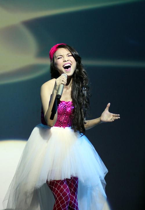 Cô biểu diễn nhiều ca khúc mới và cũ như Trọn kiếp bình yên, Nỗi nhớ đầy vơi,