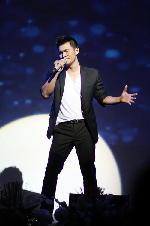 Trong đêm diễn, Hồng Ân đã thể hiện khá nhiều ca khúc, từ những bản nhạc xưa anh yêu thích như Một mình, Anh còn nợ em...