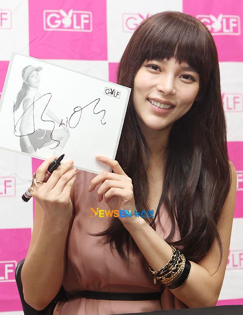 Trong chương trình ký tặng khán giả, Park Shi Yeon có cơ hội ký tặng cho mọi người.