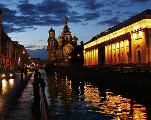 Nơi đây được mệnh danh là 'Thành phố đêm trắng' và thu hút hàng chục ngàn lượt khách trên khắp thế giới đến tham quan mỗi năm.