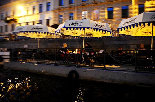 Hơn 12h đêm, những quán cà phê dọc sông vẫn mở cửa để phục vụ khách du lịch.
