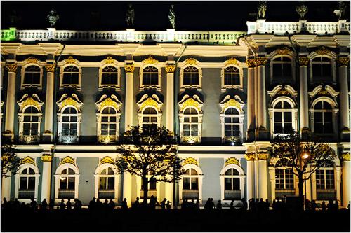 Đám đông khách du lịch tụ tập trước Cung điện mùa đông để chào đón đêm trắng thú vị.
