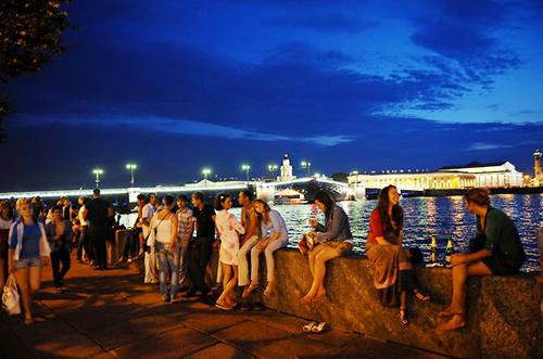 Vào những khi có đêm trắng, ánh sáng ban ngày thường kéo dài từ 18 tới 20 tiếng đồng hồ nên các du khách có thể thoải mái dạo chơi trong thành phố.