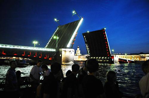 Cầu Dvortsovy quay lúc nửa đêm.