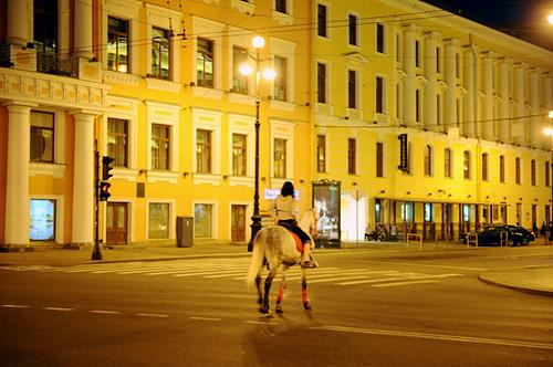 Tới khoảng 3h sáng, những con đường ở St. Petersburg mới bắt đầu vắng khách du lịch.