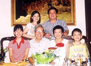 Nghệ sĩ Quý Dương chụp ảnh cùng gia đình con trai Chí Trung.
