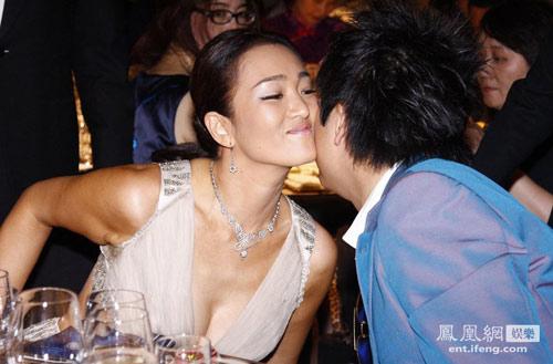 Người đẹp được trao nụ hôn nồng nhiệt.