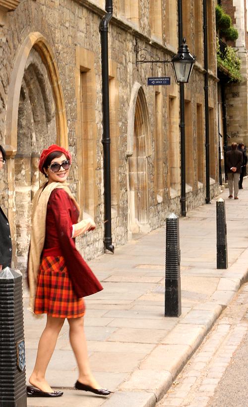 Trước khi lên đường du lịch châu Âu, 'người đàn bà đẹp' chọn lựa trang phục kỹ lưỡng để không bị lạnh khi