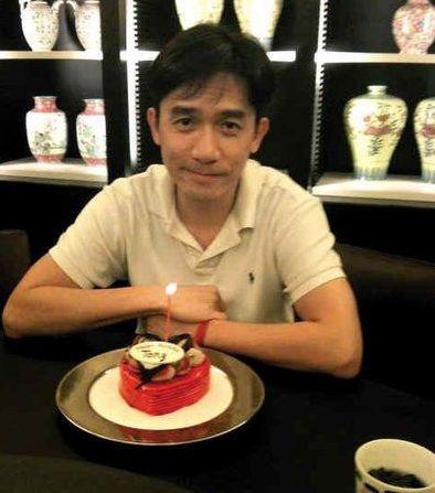 Lương Triều Vỹ khoe hình ảnh bên chiếc bánh sinh nhật.