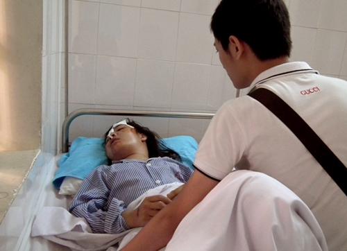 Cô sinh viên được người thân chăm sóc trong bệnh viện.