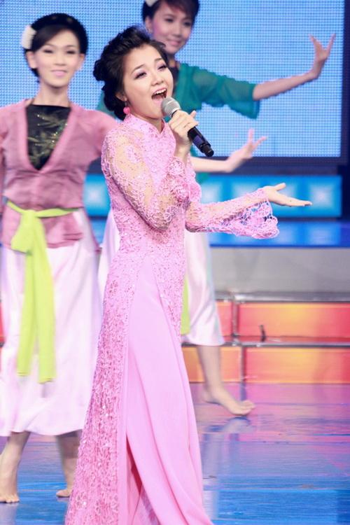 Hát ở đầu chương trình, Thanh Ngọc thể hiện ca khúc Quê hương trong lời ru ngọt ngào và truyền cảm.