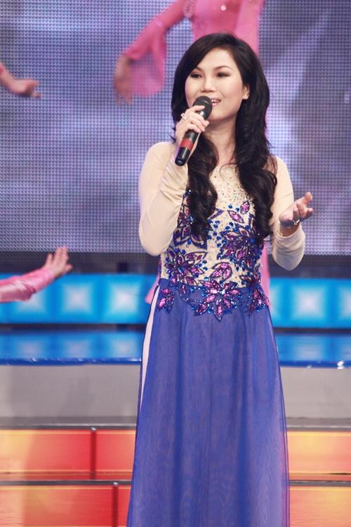 Ca sĩ chuyên trị dân ca Thuỳ Trang trình bày ca khúc Quê hương đầy cảm xúc, đem đến một không gian sâu lắng và xúc động.