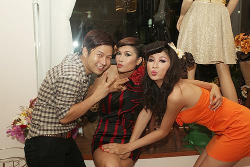 Hai chân dài tên Trang xì tin trước ống kính cùng nhà thiết kế Chung Thanh Phong.