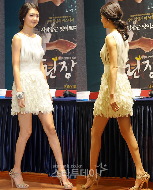 Trong số các trang phục mà Lee Yeo Won thường mặc, những chiếc váy màu trắng dường như hợp với cô hơn cả.