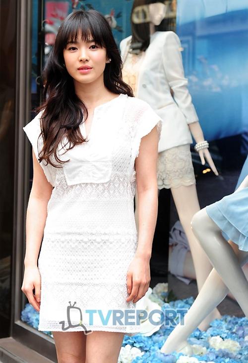 Song Hye Kyo duyên dáng khi xuất hiện tại buổi giới thiệu sản phẩm của một hãng thời trang.