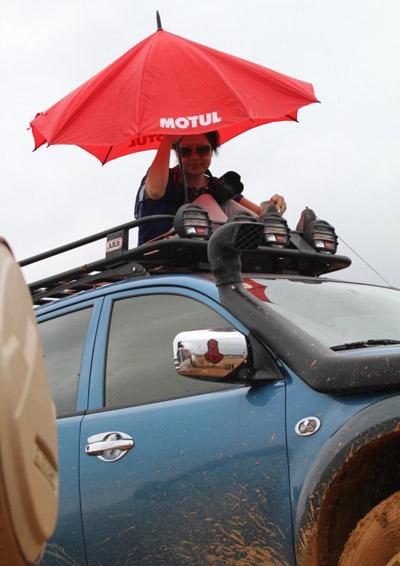 Quan sát viên ngồi trên nóc xe.