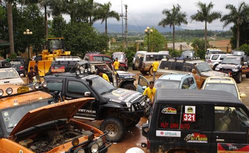 Các xe tập hợp chuẩn bị cho cuộc thi.