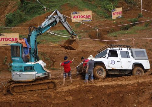 Một chiếc xe phải nhờ tới cẩu để thoát hố bùn.