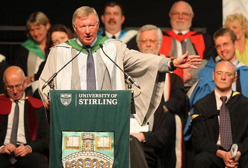 HLV Ferguson phát biểu trong lễ tốt nghiệp của Đại học Stirling. Ảnh: PA.