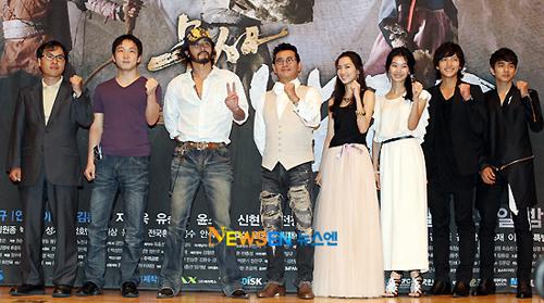 Cả cách chào của Choi Min Soo cũng khác biệt các đồng nghiệp. Ảnh: Newsen.