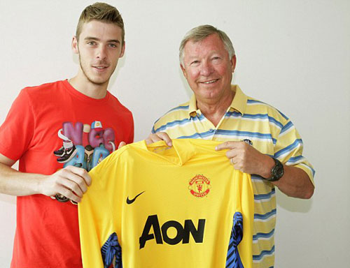 HLV Ferguson chào mừng De Gea gia nhập MU. Ảnh: Mutd.