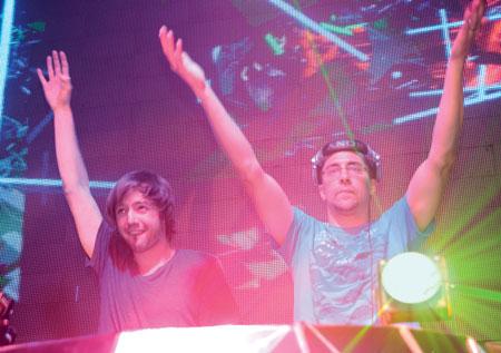 Bộ đôi DJ nổi tiếng thế giới Matt Cerf & Shawn Mitiska cùng ca sỹ quốc tế Jaren Cerf tỏa sáng với những màn biểu diễn đầy ấn tượng.