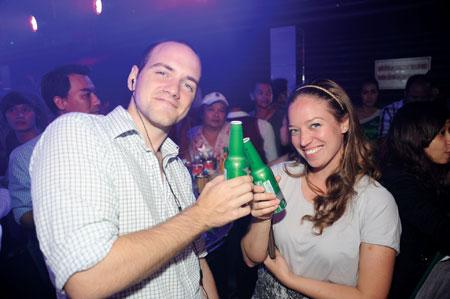 Những khách hàng đầu tiên thưởng thức Heineken STR trong Night club tại Tp.HCM.