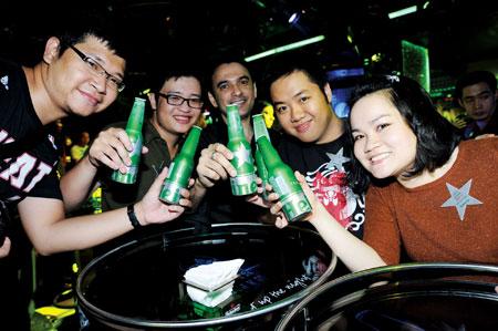 Với vỏ chai bằng Aluminium sang trọng cùng những hoa văn độc đáo tỏa sáng dưới ánh đèn UV, Heineken STR một lần nữa khẳng định đẳng cấp và chất lượng thượng hạng đồng nhất của thương hiệu bia này.