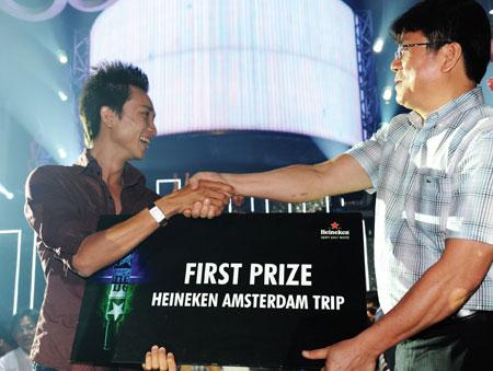 Khách hàng may mắn đoạt giải nhất chương trình bốc thăm: chuyến tham quan Amsterdam, Hà Lan.