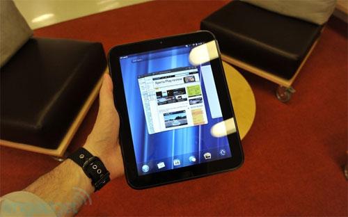 Trọng lượng của máy là 750 gram, khá nặng so với các tablet cùng kích thước khác