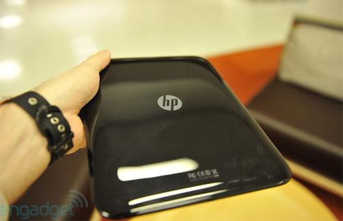 Mặt sau thiết kế đơn giản với logo HP ở chính giữa.
