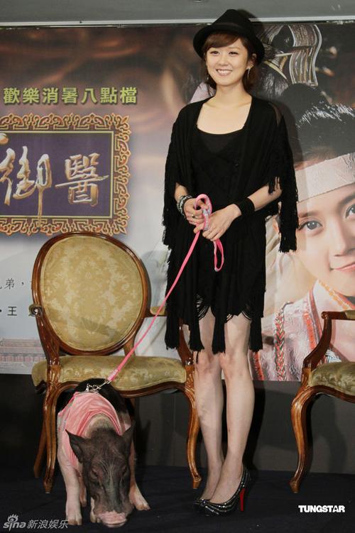 Hôm 29/6, Jang Nara tới Đài Loan quảng bá cho bộ phim hài 'Điêu man tiếu ngự y' sắp ra mắt tại đây.