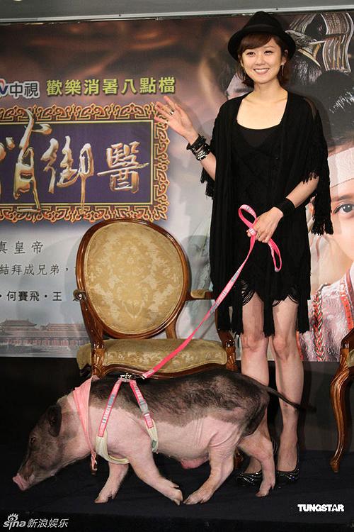 Trong khi nữ diễn viên xứ Hàn vui vẻ chào hỏi báo giới, chú lợn tung tăng đi lại trên sân khấu. Để người bạn 'ngoan ngoãn' một chút, thi thoảng, Jang Nara phải đút thức ăn cho chúng.