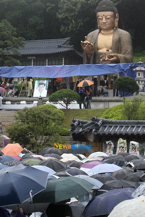 Từ chiều hôm trước, các thủ tục chuẩn bị cho lễ tưởng niệm đã được gia đình của Park Yong Ha chuẩn bị rất chu đáo.
