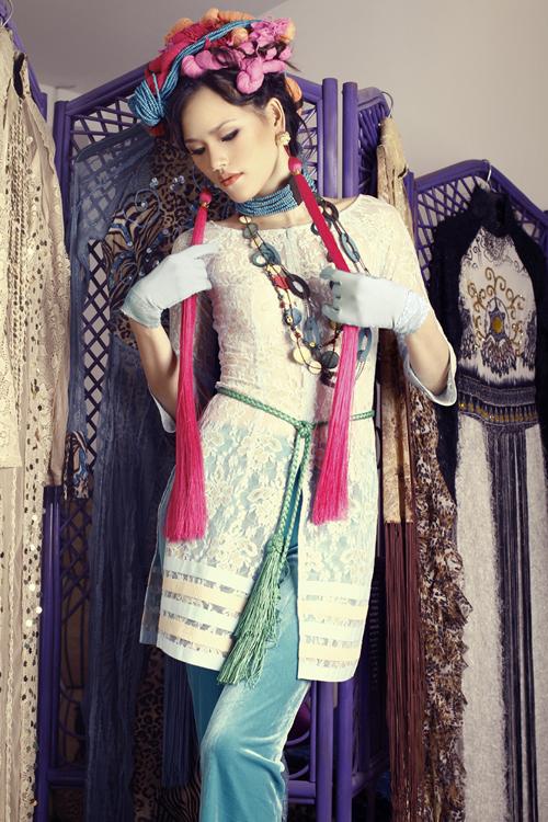 Nhà thiết kế Võ Việt Chung cho biết, anh lấy cảm hứng sáng tạo từ trang phục của phụ nữ Nam kỳ lục tỉnh (miền nam) thế kỷ trước. Đây cũng là lần đầu, chất liệu nhung, ren, lụa được anh dùng để may trang phục biến tấu từ áo bà ba truyền thống. Phụ kiện đi kèm là dây hạt gỗ được làm bằng tay khá công phu. Người mẫu trình diễn cũng được quấn khăn lụa trên tóc kết hợp với hoa khô, thể hiện sự tinh tế trong thẩm mỹ của phụ nữ Việt.