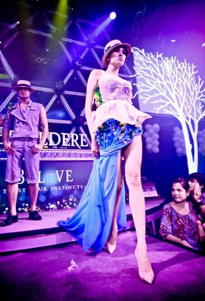 Bằng những bước catwalk táo bạo, siêu mẫu tôn vinh nét gợi cảm của bộ trang phục