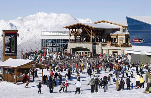 Núi Whistler là địa điểm được yêu thích nhất vào mùa đông vì nơi đây có những đường trượt tuyết tuyệt đẹp.