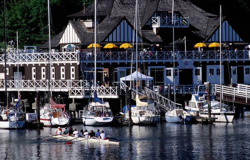Bạn có thể chọn những con tàu du lịch hiện đại hoặc thuê những con thuyền nhỏ để ngắm cảnh trên biển..