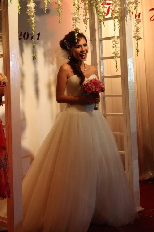 Trước khi bắt đầu nghi lễ cưới, Khánh Ngọc bất ngờ xuất hiện một mình trong tiếng nhạc nền là một ca khúc của chính cô. Khánh Ngọc diện váy cưới giản dị và trang điểm nhẹ nhàng, nhưng trông rất xinh tươi và gợi cảm.