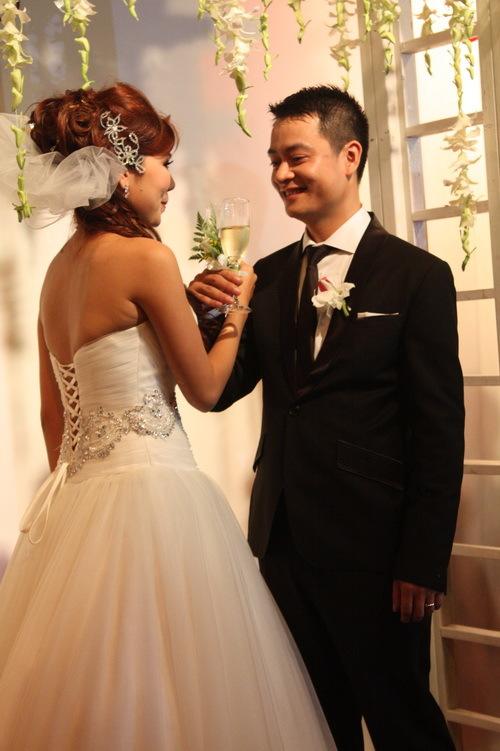 Cô dâu, chú rể cùng uống cạn ly rượu mừng và thề nguyện sẽ sống bên nhau trọn đời. Cả hai ngập tràn hạnh phúc khi được tất cả mọi người nâng ly chia sẻ niềm vui.