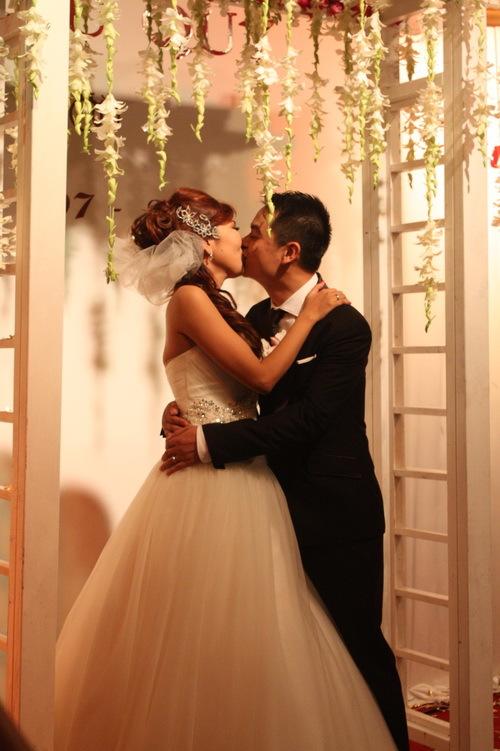 Chú rể trao cho cô dâu nụ hôn nồng cháy, trong tiếng reo hò, cổ vũ của những người bạn thân thiết nhất.
