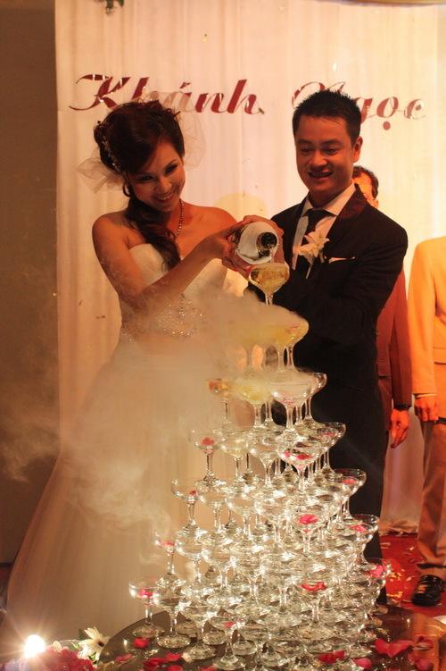 Trước sự chứng kiến của cha mẹ đôi bên, bà con hai họ và hàng trăm quan khách, cô dâu và chú rể đã cùng nhau cắt bánh cưới. Sau đó, cả hai cùng thực hiện tiếp nghi lễ rót rượu champagne.