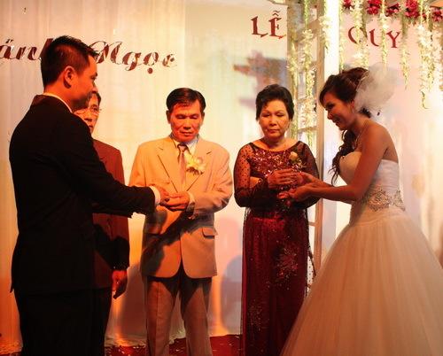 Ba mẹ Khánh Ngọc cũng dành tình cảm đặc biệt cho chàng rể người Hà Nội. Với ông bà, cựu xạ thủ Nguyễn Trung Hiếu là một chàng trai sống biết trước biết sau và rất mực hiếu thảo.