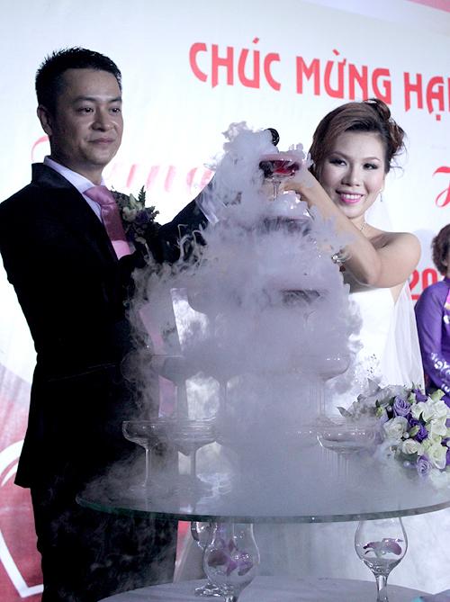 So với đám cưới ở Sài Gòn, tiệc cưới tối qua của Khánh Ngọc diễn ra khá đơn giản và gọn nhẹ.