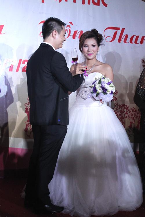 Cô sẽ ở Hà Nội khoảng 5 ngày để thăm họ hàng nhà chồng, trước khi trở về Sài Gòn và tiếp tục công việc ca hát.