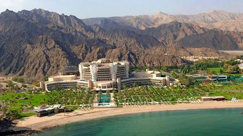 Cung điện Al Bustan nằm bên bờ biển xanh là một trong những khách sạn sang trọng nhất ở thủ đô Muscat.